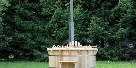 Larch hot tub with internal heater