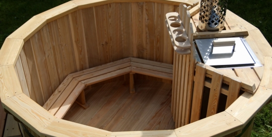 Wooden (larch) hot tub with internal heater