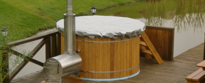 Old fasion outdoor wooden hot tub with cover